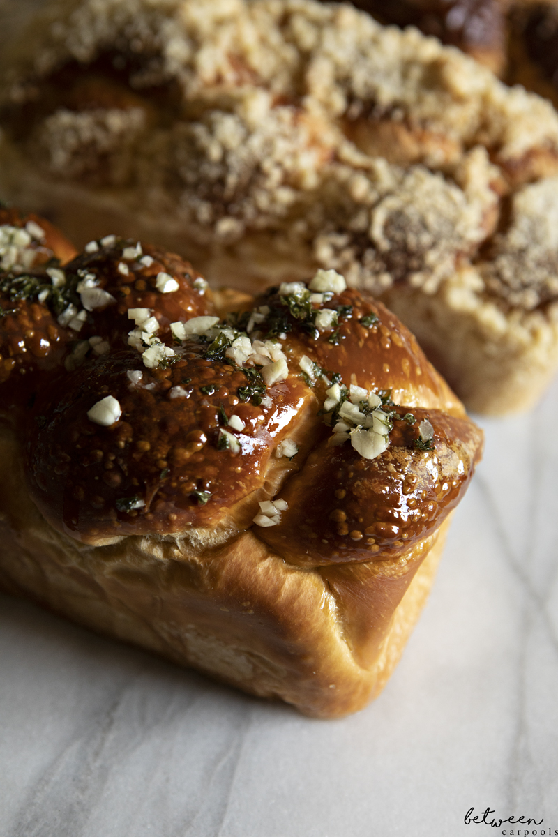 garlic knot challah topping